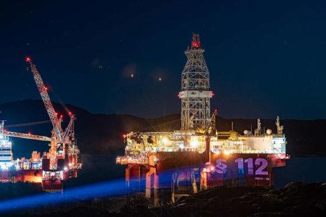 Under andre runde i retten projiserte Greenpeace meldinger fra det norske folk til norske myndigheter på oljeplattformer. © Jason White / Greenpeace