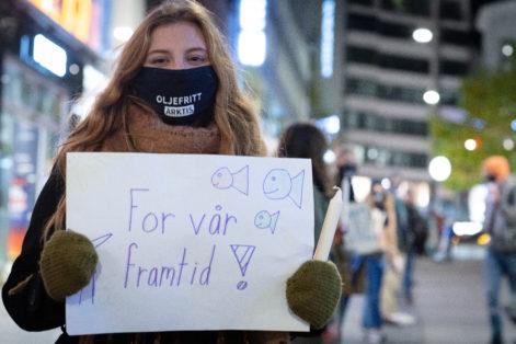 Emma Askeland Fosså på lysmarkering for klimasøksmålet. Foto Johanna Hanno