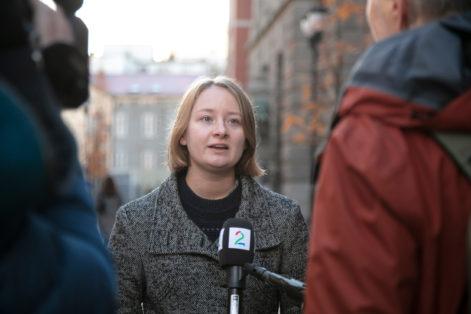 Lederen i Natur og Ungdom Therese Hugstmyr Woie blir intervjuet utenfor klimarettssaken i Høyesterett. Johanna Hanno har tatt bildet.