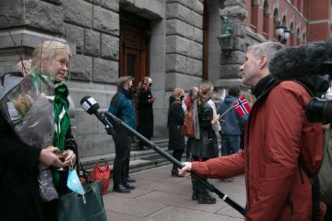 Advokat Cathrine Hambro blir intervjuet av TV2s Finn Ove Hågensen. Foto Johanna Hanno