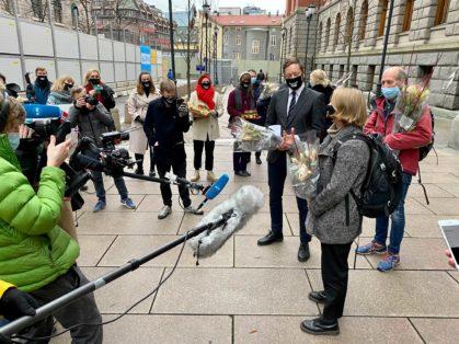 Feiring utenfor Høyesterett på klimasøksmålets siste dag. Foto Aud Hegli Nordø