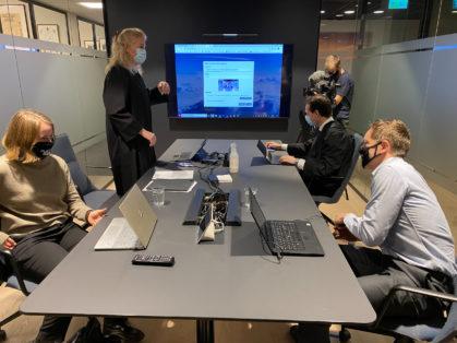 Therese Woie, Cathrine Hambro, Emanuel Feinberg og Frode Pleym mottar dommen fra Høyesterett. Foto Susanne Sundbye